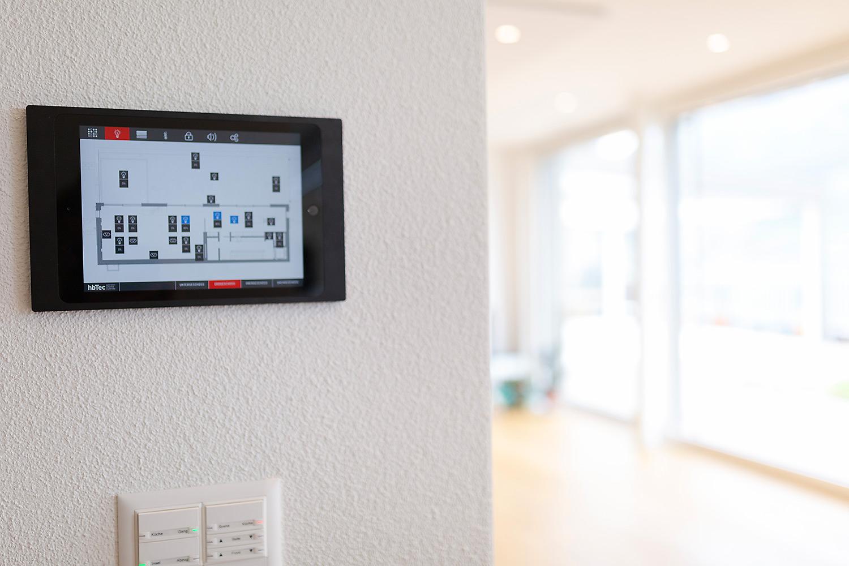 Licht steuerbar per Knopfdruck. Dimmbares Licht und Zentral-Aus Knopf sowie automatische Anwesenheitssimulation für Ferien.