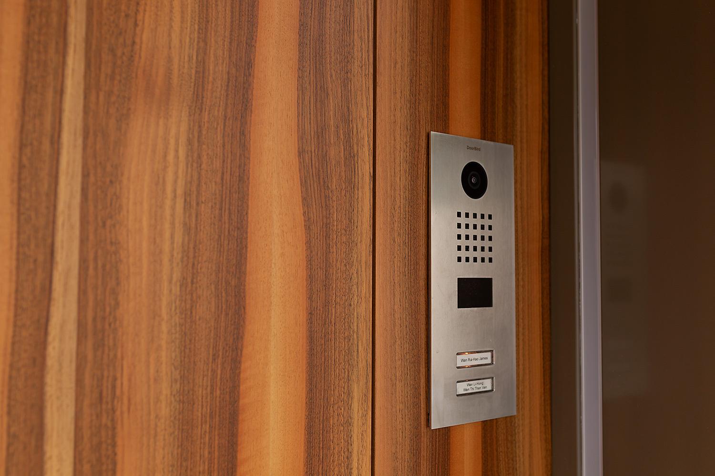 Türe mit Fingerprint und Videosystem auf dem Handy.